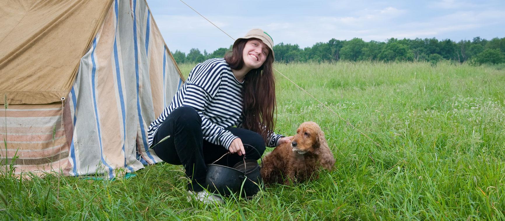 chica italiana con su perro