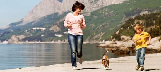 madre e hijo con su perro beagle