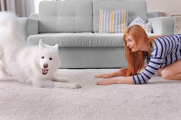 mujer con su perrita de pelo blanco