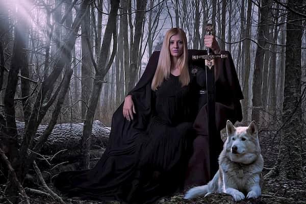 mujer gótica con su perro alaskan malamute